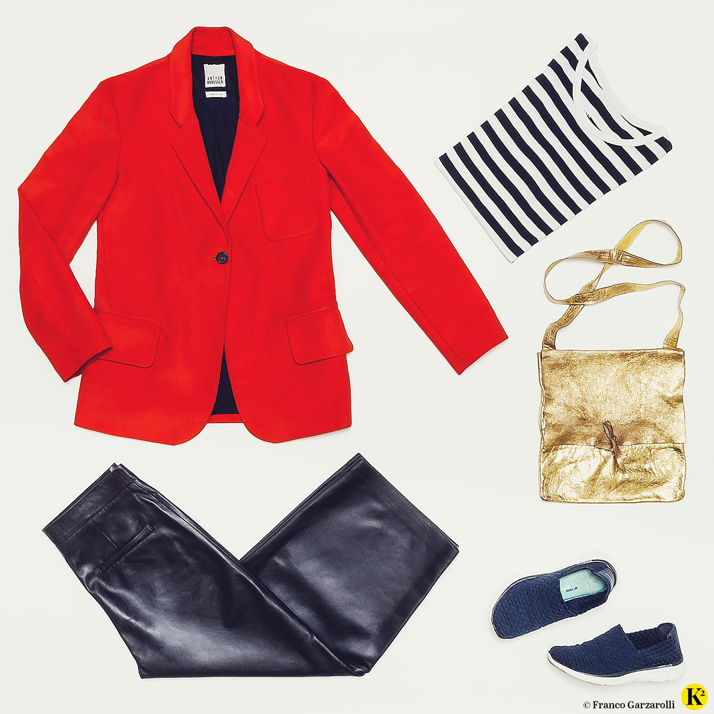 Produktfoto mit rotem Blazer, Lederhose, Streifenshirt, Goldtasche und Sneakers.