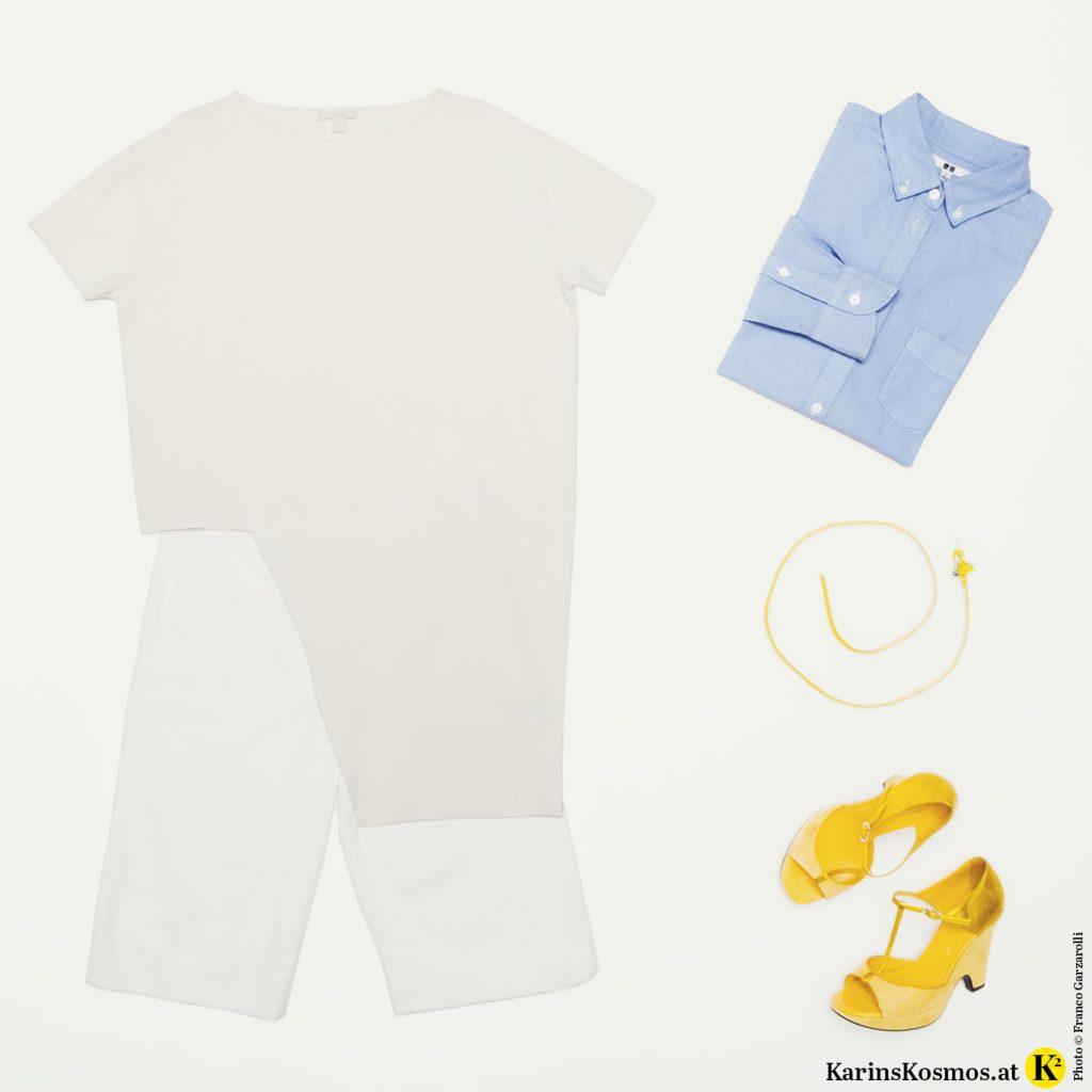 Foto mit Kleidungsstücken bestehend aus Stricktunika und Bermuda in Weiß, blauem Hemd und gelbem Gürtel und gelben Sandalen.