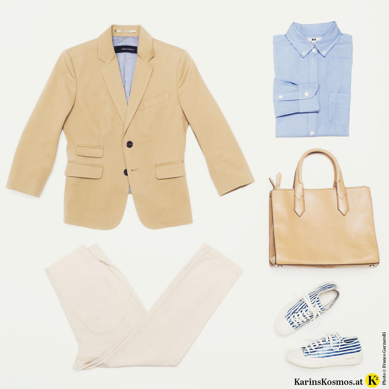 Foto mit Kleidungsstücken: Camelfarbener Blazer, cremefarbene Hose, blaues Hemd, camelfarbene Tasche, weiß/blau-gestreifte Sneakers.