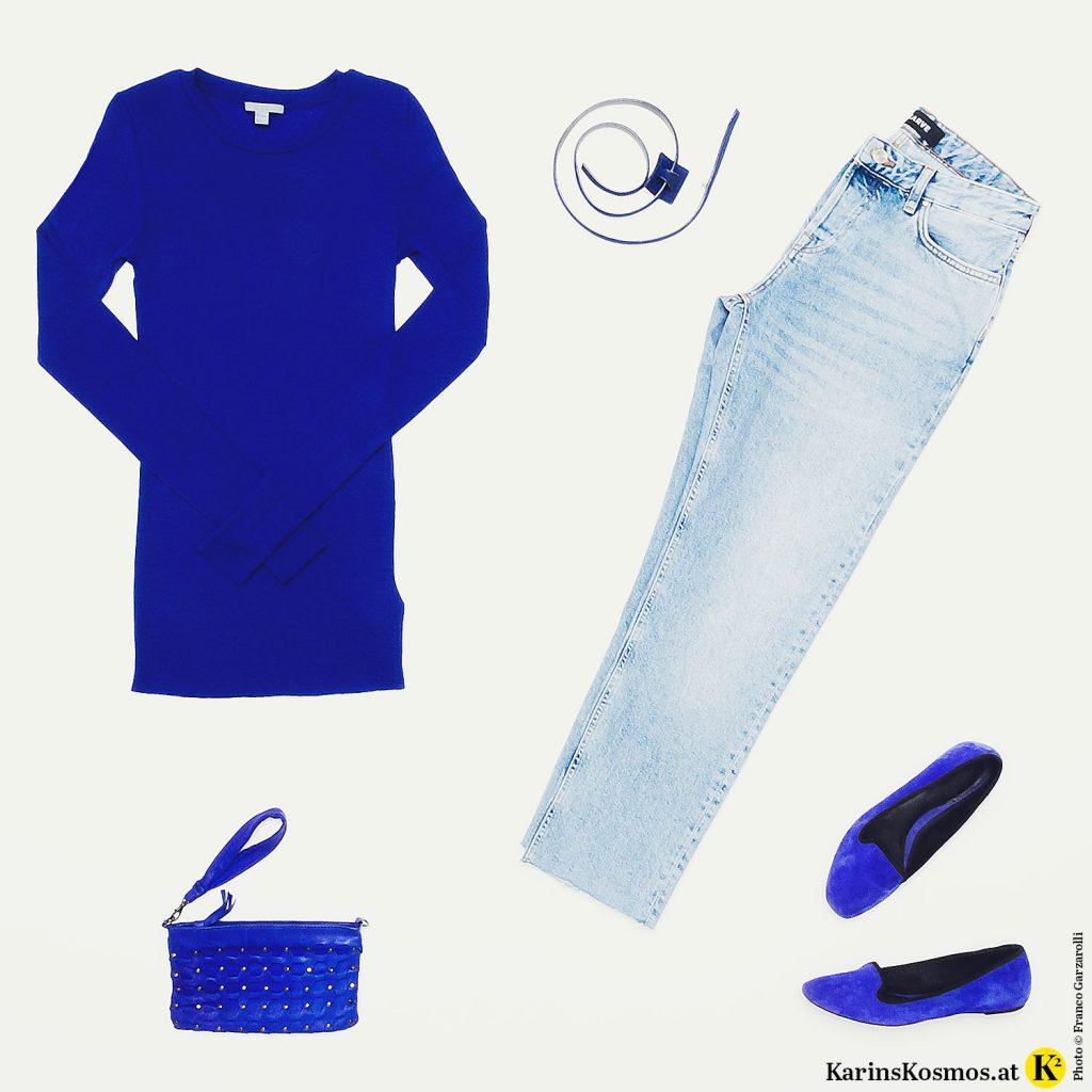 Produktfoto von einem blauen Pullover, einer Jeans, einer blauen Handtasche und blauen Ballerina Schuhen.