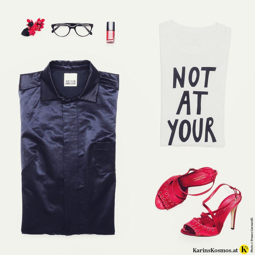 Produktbild mit Overall, Blumenhaarspange, Lesebrille, rotem Nagellack, T-Shirt und Sandalen.