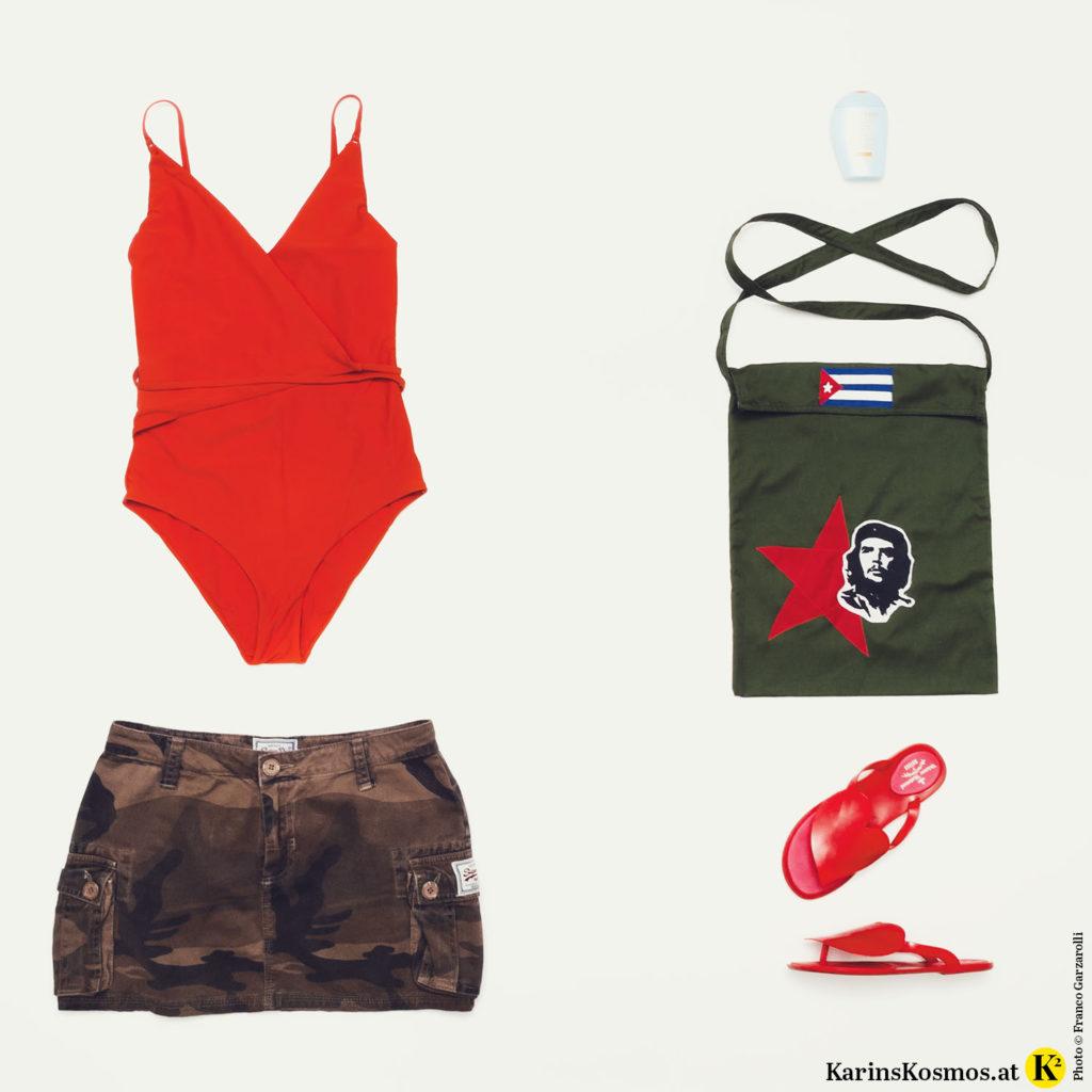 Produktfoto mit rotem Badeanzug, Minirock mit Camouflage-Muster, Sonnencreme, Baumwolltasche, Flip-Flops.