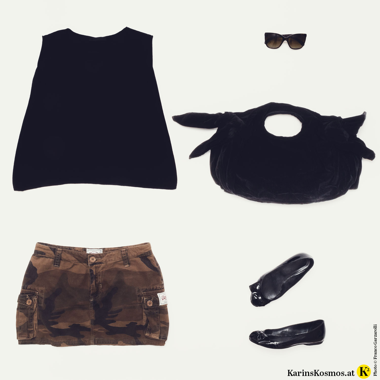Produktfoto mit Kaschmirtop, Minirock, Sonnenbrille, Samttasche und Lack-Ballerinas.