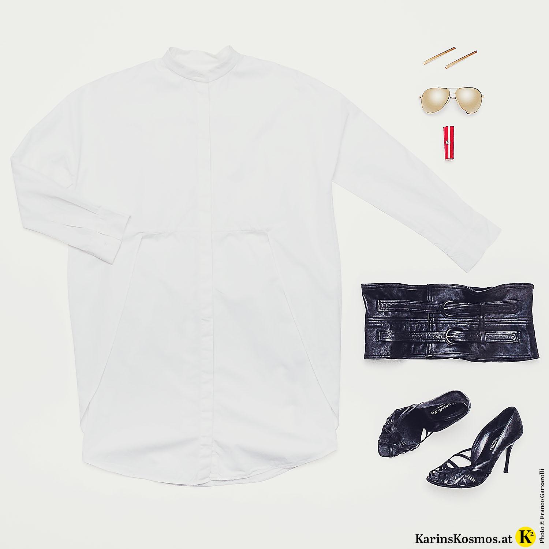 Produktfoto mit weißem Hemdkleid, goldenen Haarspangen und Sonnenbrille, rotem Lippenstift, scharzem Ledergürtel und schwarzen Sandalen.