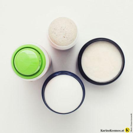Vier Beautyprodukte auf einem Foto von oben fotografiert.
