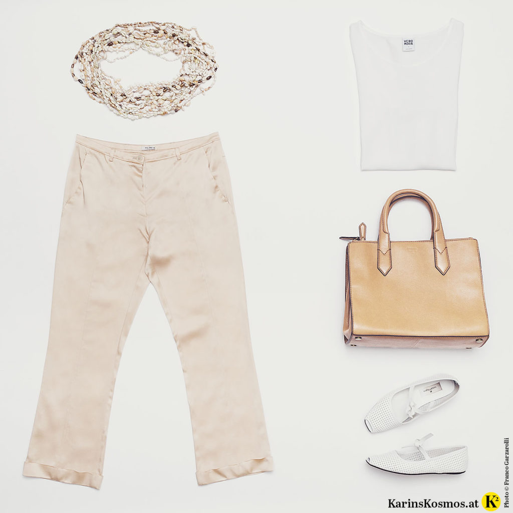 Produktfoto mit Muschelketten beiger Hose, weißem Top, beiger Tasche und weißen Ballerinas.