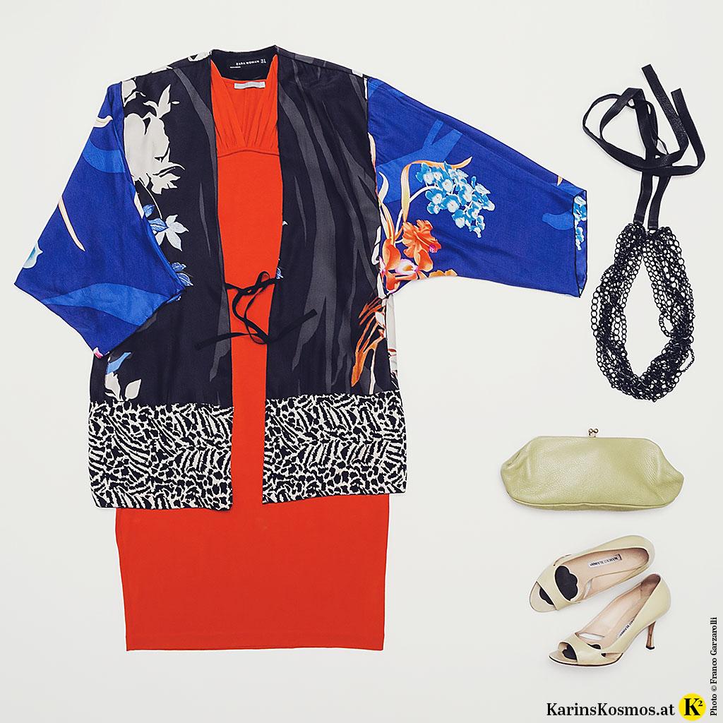 Produktfoto mit Kimono aus Seide, rotem Cocktailkleid, schwarzer XL-Kette, Clutch und Heels.