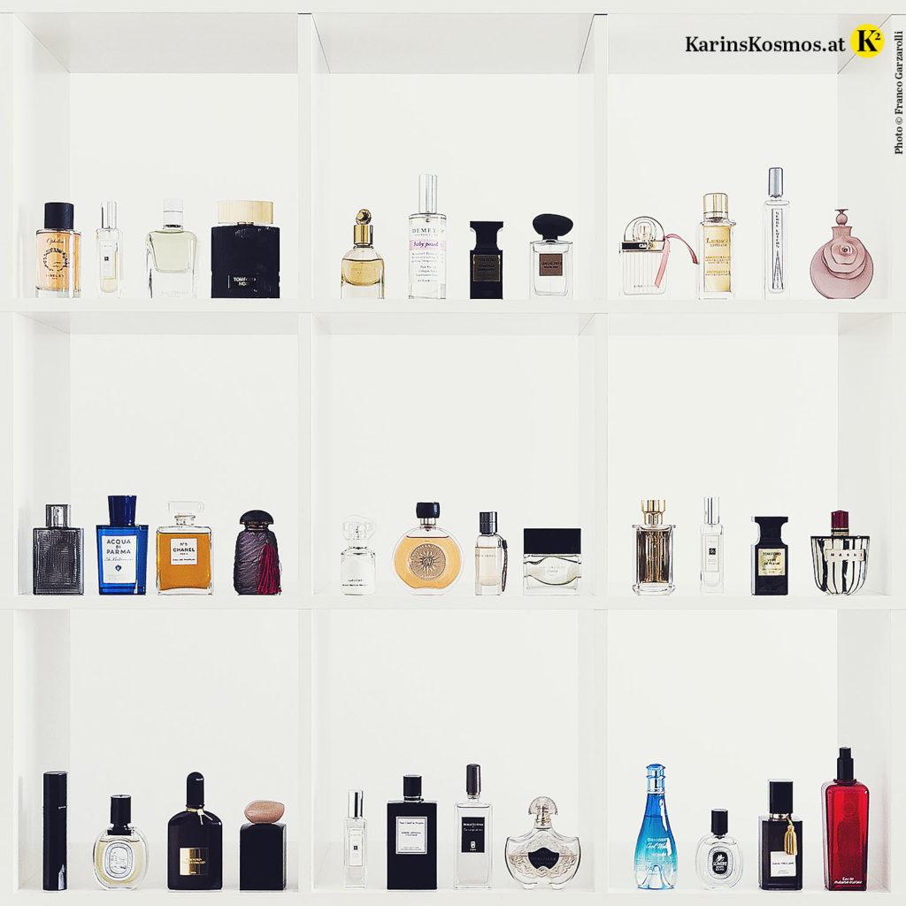 Foto von vielen unterschiedlichen Parfums in einem Regal.