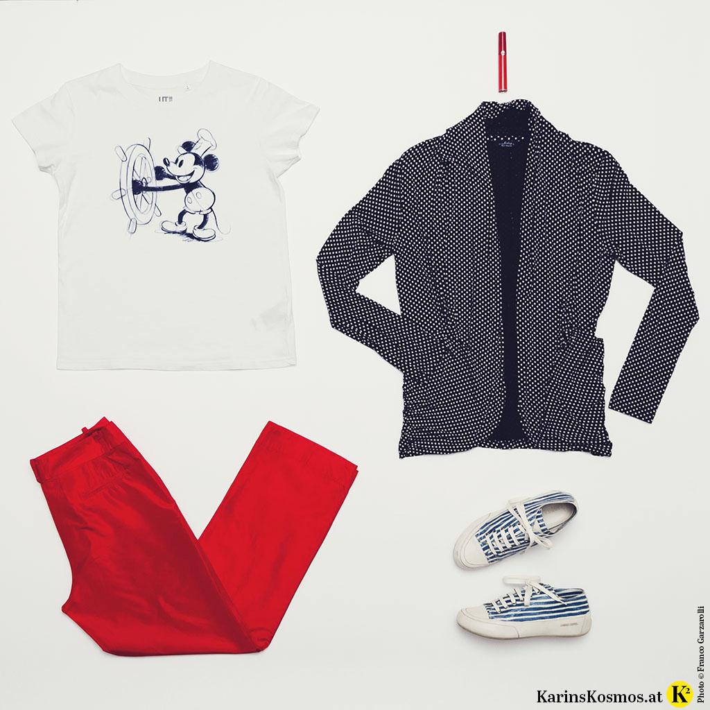 Foto mit Kleidung bestehend aus T-Shirt mit Mickey Mouse-Druck, Seidenhose in Rot, Rotem Lippenstift, blauer Jacke und Sneakers.