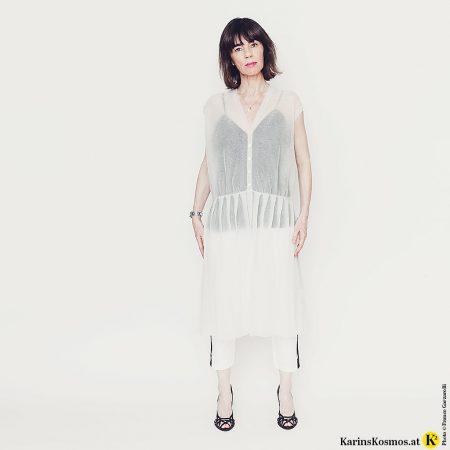 Frau trägt ein transparentes Kleid aus Metallic-Strick.