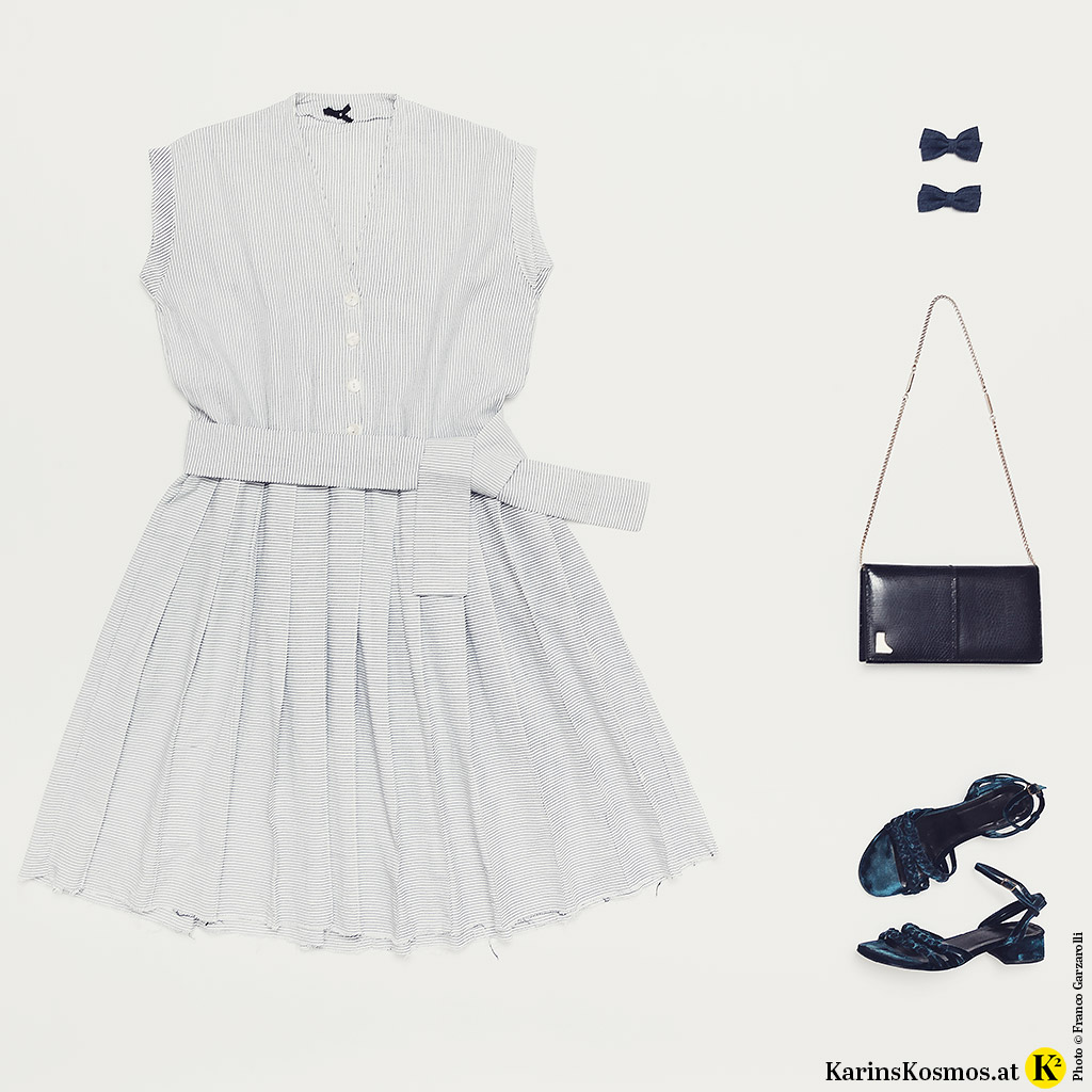Produktfoto mit Kleid aus Baumwolle, Haarspangen, Abendtasche und Sandalen aus Samt.