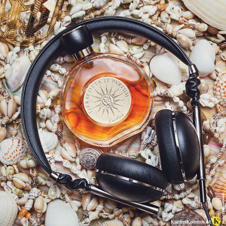 Produktfoto mit Muscheln, Sommerduft Terracotta Le Parfum von Guerlain und Kopfhörer.