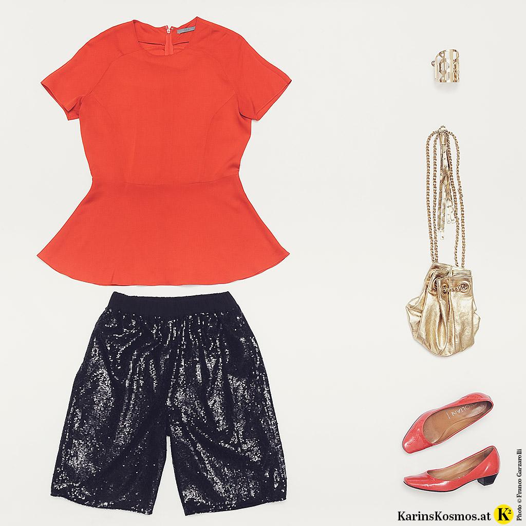 Produktfoto mit Pailletten-Shorts, roter Seidenbluse, goldenem Armreif und Beuteltasche und roten Ballerinas.
