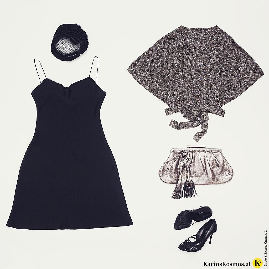 Produktfoto mit schwarzem Slipdress, Hütchen aus Samt und Netz, Cape-Top, Metallic-Clutch und Sandalen.