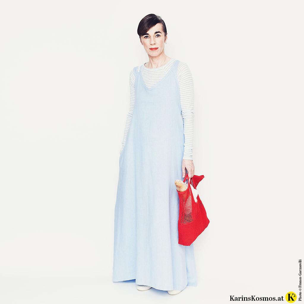 Frau in einem Kleid für den Sommer und darunter ein passendes Longshirt.