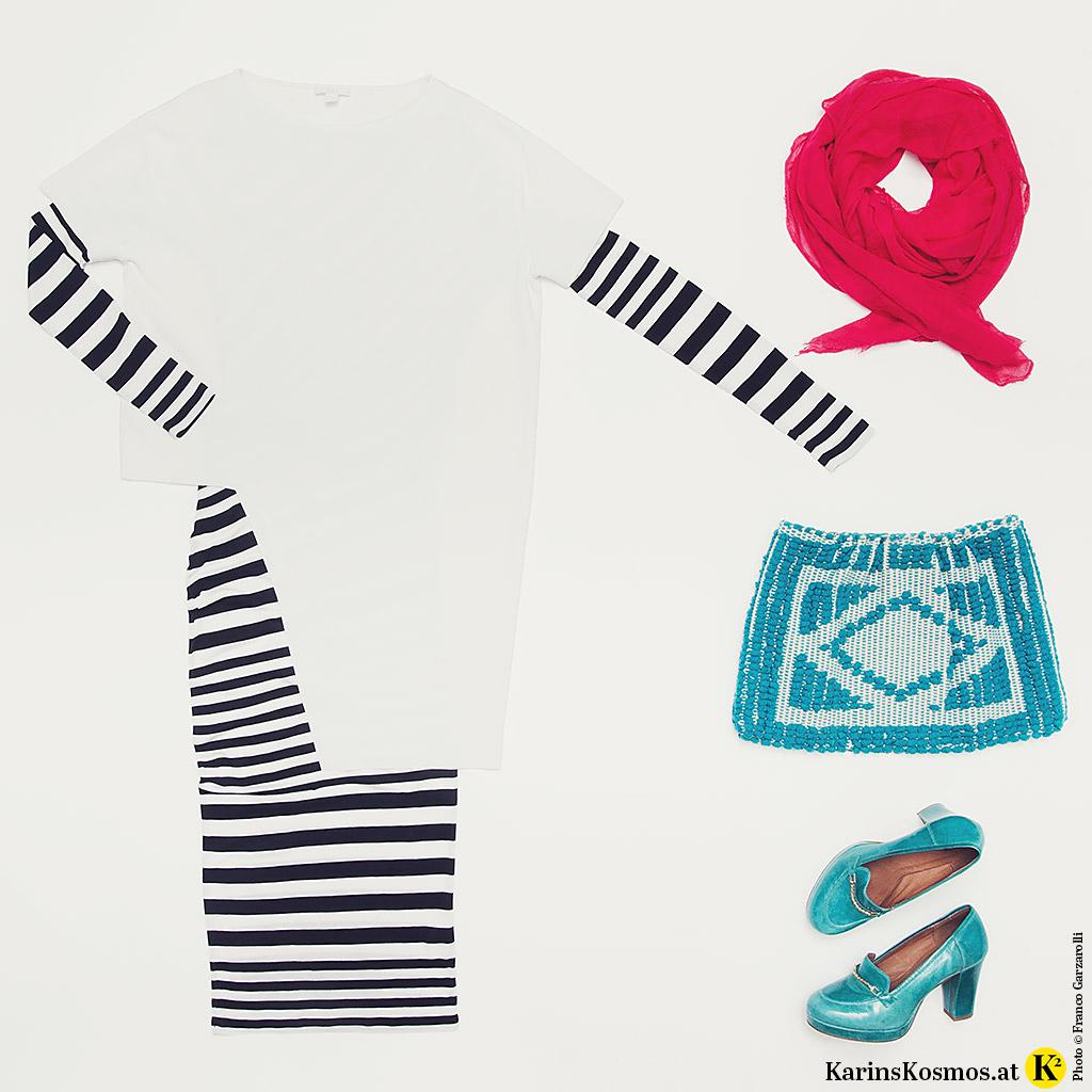 Produktfoto mit schwarz/weiß gestreiftem Kleid, Tunika, Tuch, Clutch und Pumps.