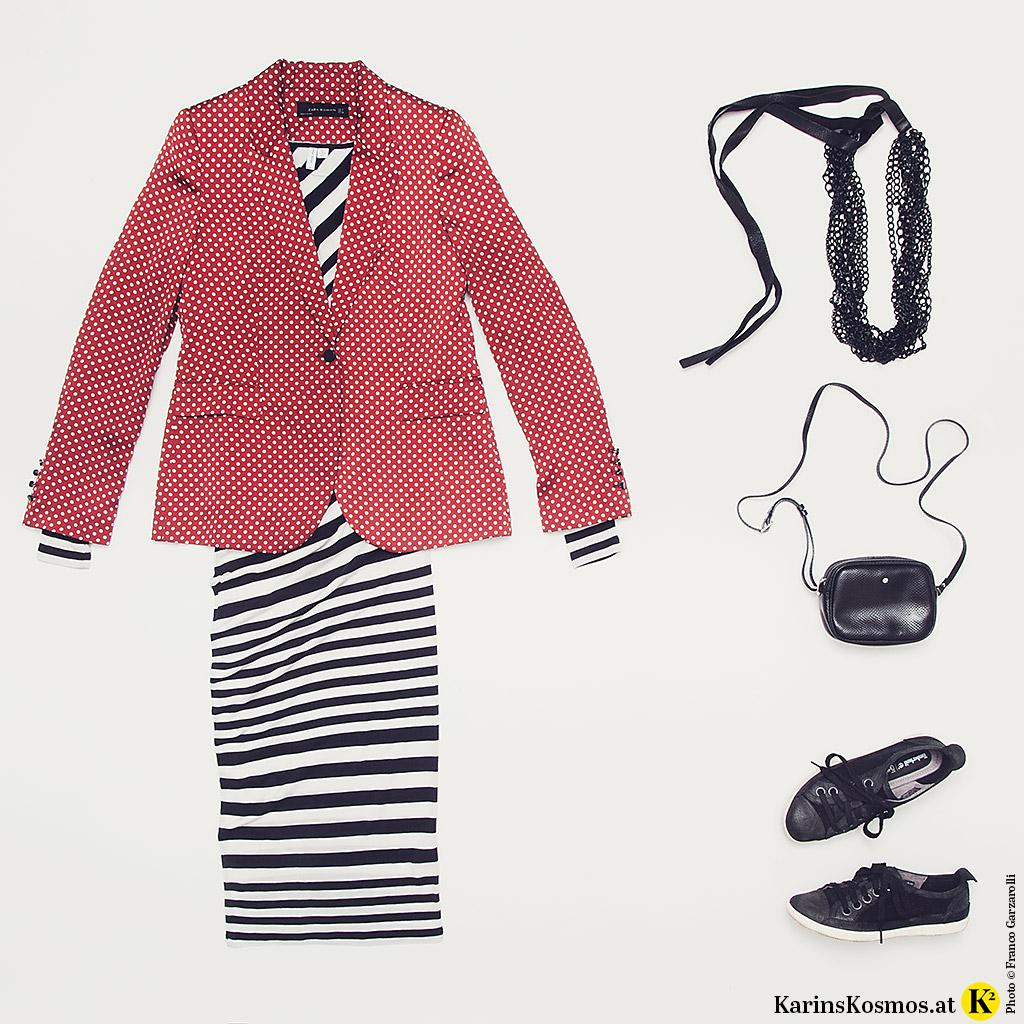 Produktfoto mit Streifen-Kleid, Blazer, Kette, Tasche und Sneakers.