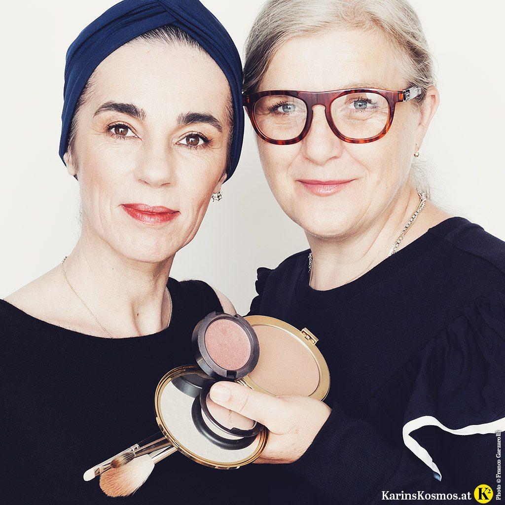 Foto von zwei Frauen. Eine ist Make-up-Artist und hält verschiedene Bronzer und Pinsel in der Hand.