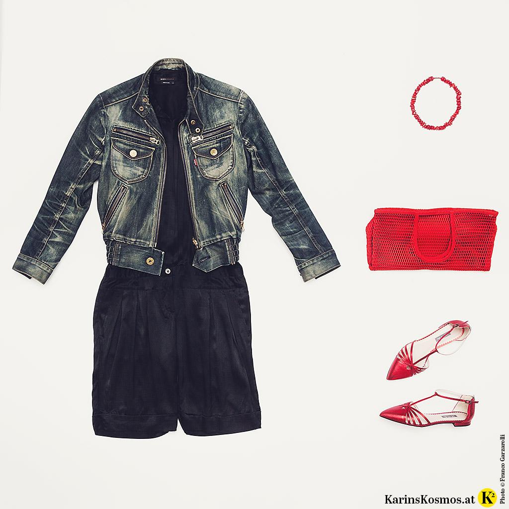 Produktfoto mit Seidenoverall zu Jeansjacke, Korallen-Collier, roter Tasche und roten, flachen Schuhen.
