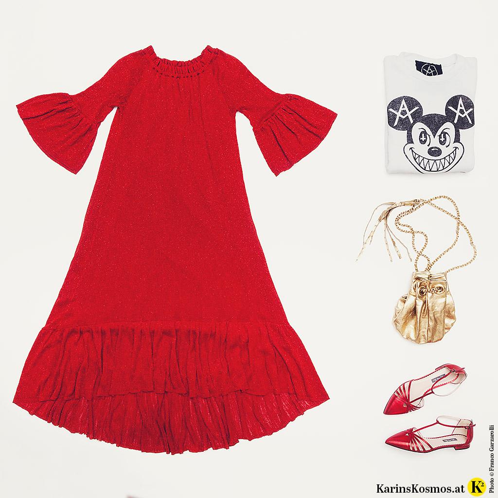 Produktfoto mit rotem, langem Kleid, Sweater, Tasche in Gold und flachen, roten Schuhen.