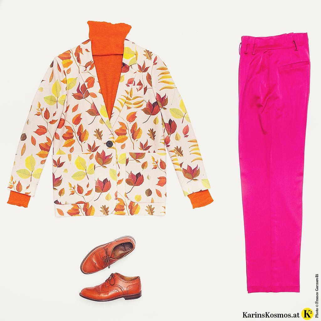 Produktfoto mit buntem Blazer, Pulli und Schuhe in Orange und pinkfarbener Hose.