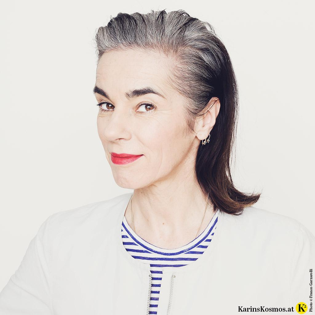 Foto einer Frau – Karin Garzarolli – die sich ihr graues Haar rauswachsen lässt. So fühlt sich ihr neues Ich an.