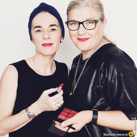 Roter Lippenstift steht jeder Frau, das beweist dieses Foto mit zwei Frauen mit dem gleichen roten Lippenstift.