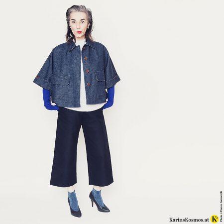 Frau in einem Outfit, das aus verschiedenen Nuancen von Blau kombiniert ist.