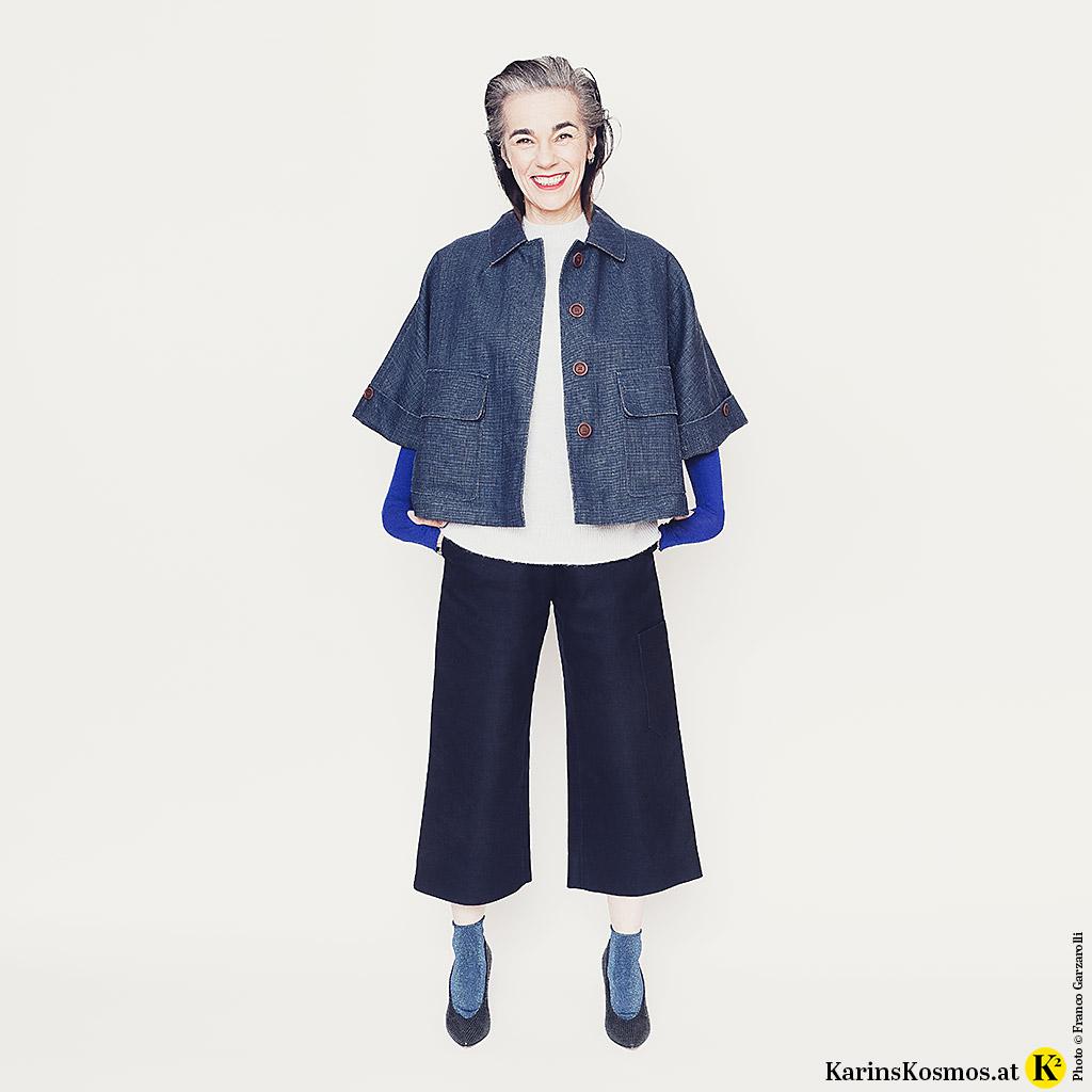Verschiedene Kleidungsstücke in Blau kombiniert Karin Garzarolli hier in einem Outfit.