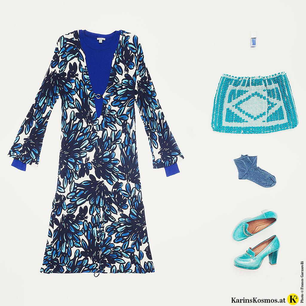 Produktfoto mit Kleid, Tasche, Socken und Schuhen in verschiedenen Blau-Nuancen.
