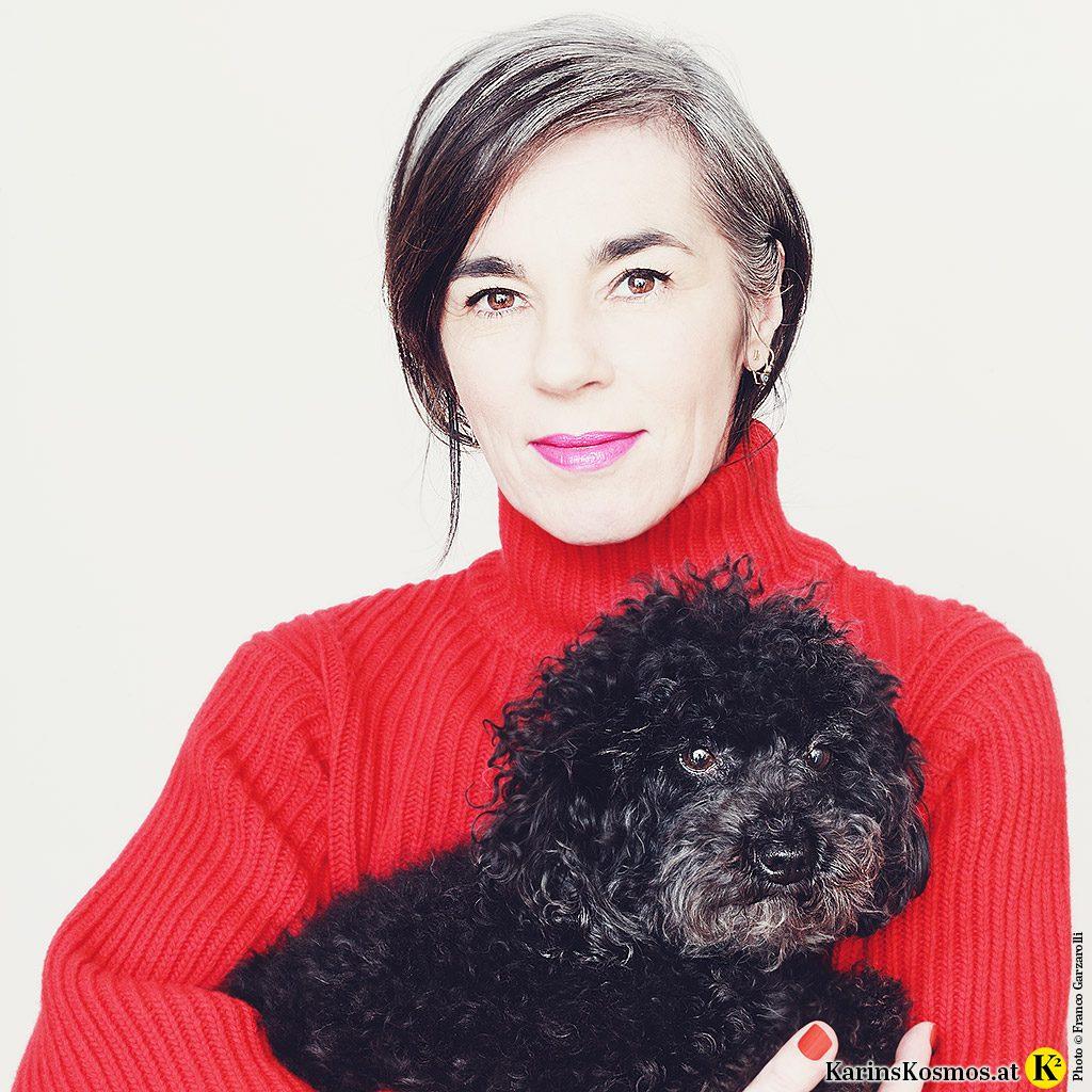 Portraitfoto von Karin Garzarolli und ihrem Toypudel Trudy.