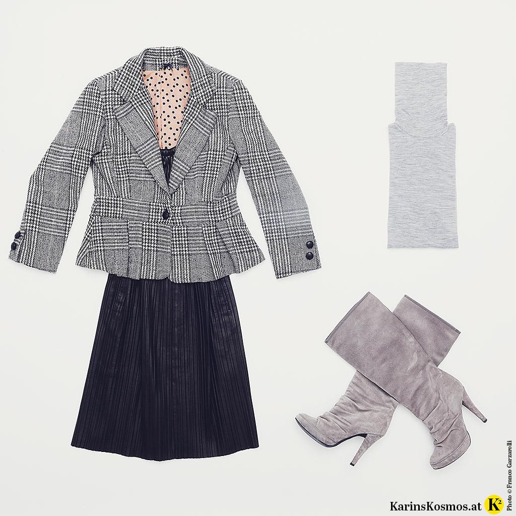 Produktfotografie mit einem kleinen Schwarzen, kariertem Blazer, grauem Rollkragenpullover und grauen Stiefel.