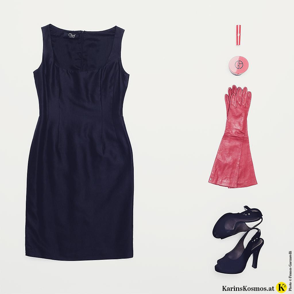 Produktfoto mit kleinem Schwarzen, rotem Lippenstift und Lederhandschuhen, Make-up-Dose und schwarzen Sandalen aus Samt.
