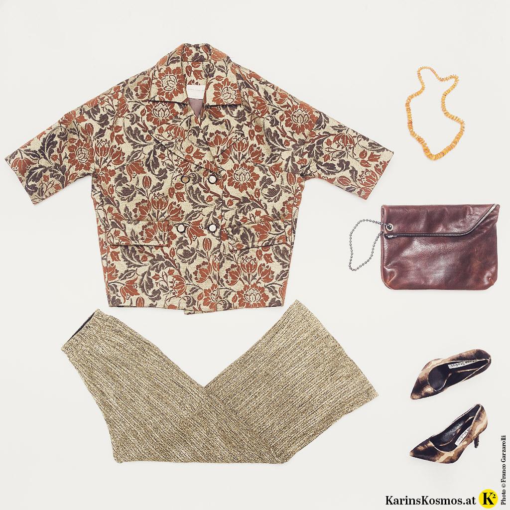 Produktfoto mit Metallic-Mode bestehend aus Brokat-Jacke, goldener Lurex-Hose, Lederclutch, Pumps und Bernsteinkette.
