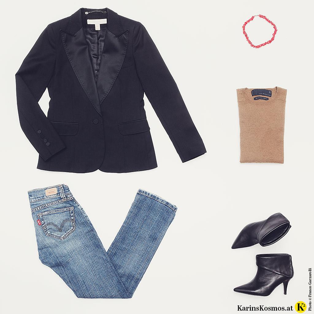 Produktfoto mit der Jacke eines Damen-Smoking, Jeans, Kaschmirpulli, Korallen-Collier und Ankle-Boots.