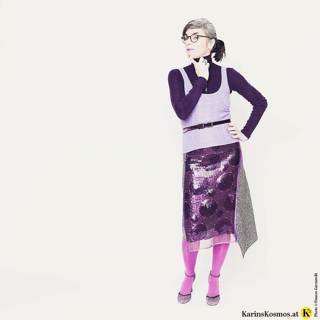 Frau in einem Outfit in der Farbe Ultraviolett.