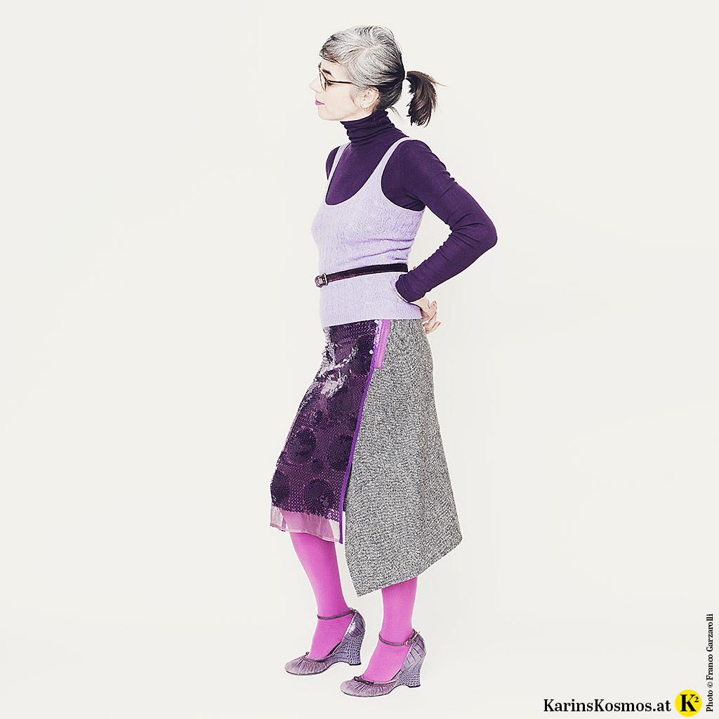 Frau in einem Outfit in Ultraviolett.