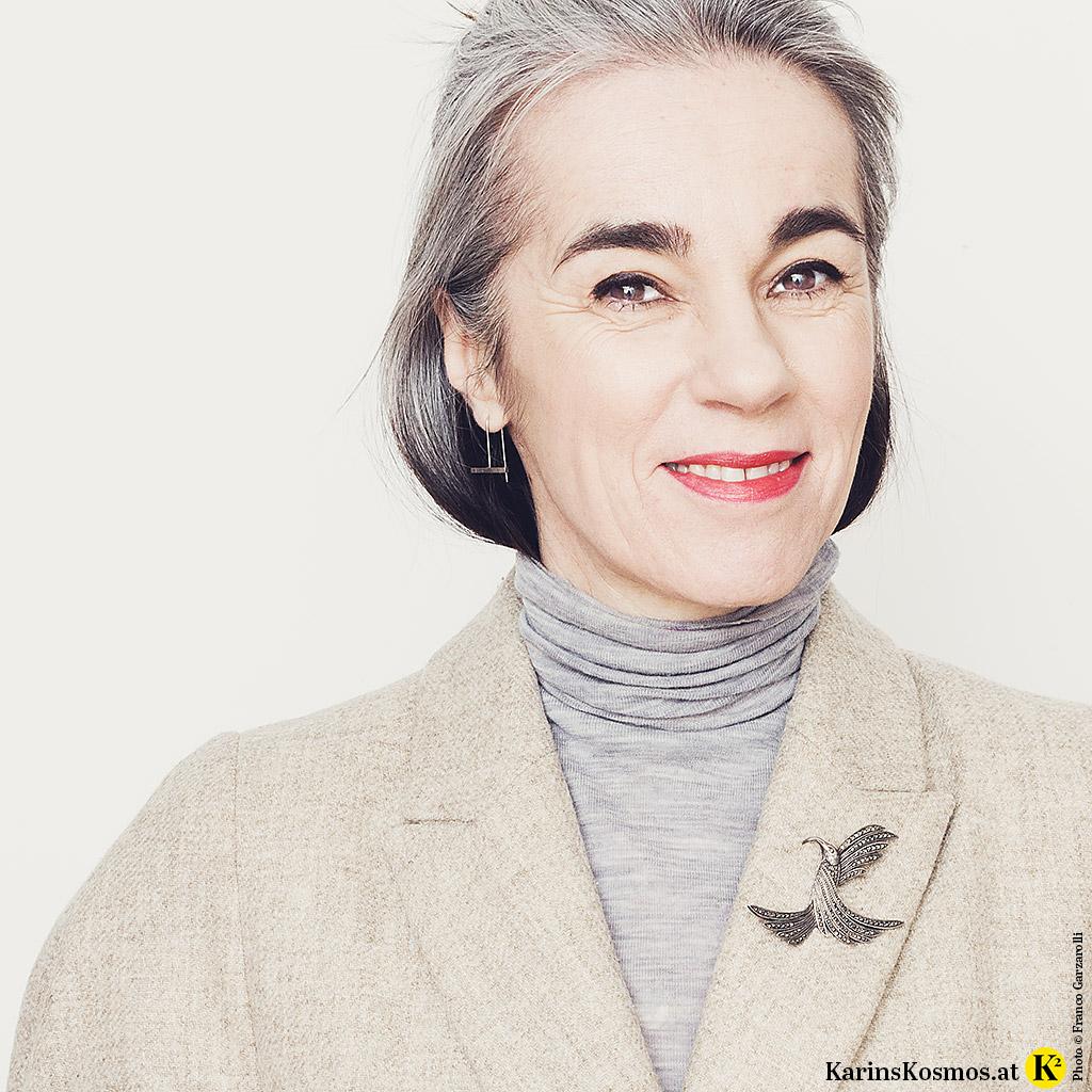 Frau mit einer Vintage-Brosche am Revers.