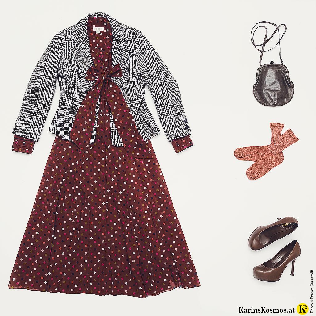 Produktfoto mit Karo-Blazer, Tupfenkleid, Tasche, Pumps und Söckchen im wilden Mustermix.