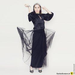 Frau in schwarzer Seidenbluse und schwarzem Tüllrock.