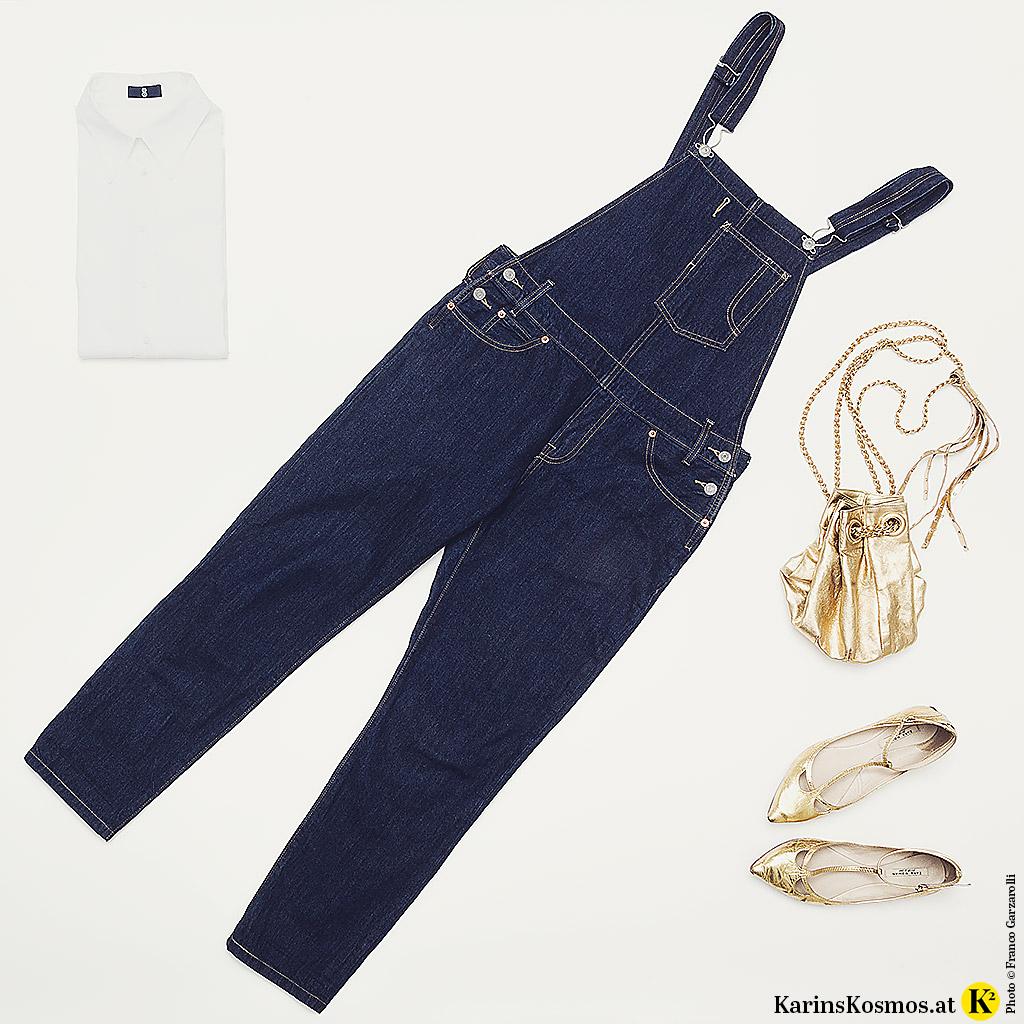 Produktfoto mit Jeans-Latzhose, weißer Bluse, goldenen Schuhen und goldener Tasche.