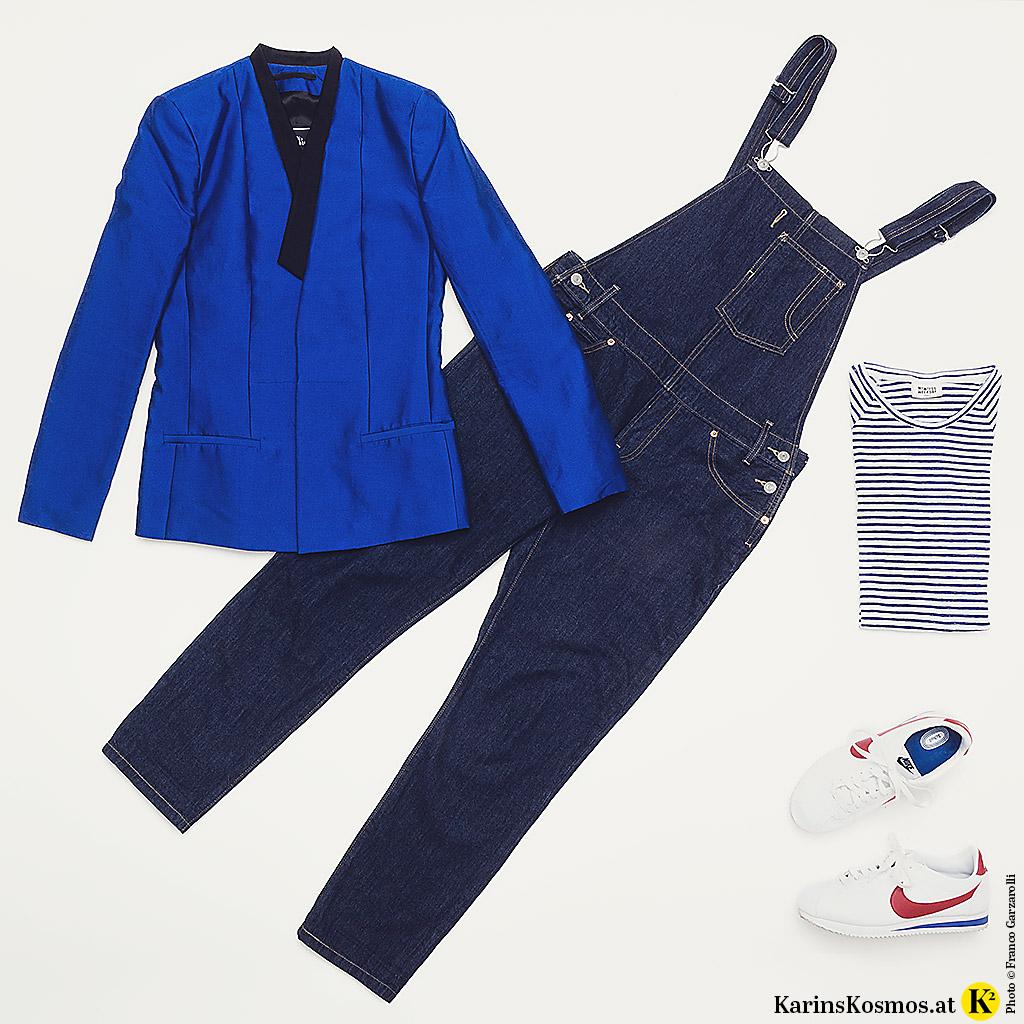 Produktfoto mit Jeans-Latzhose, Seidenblazer, Streifenshirt und Sneakers.