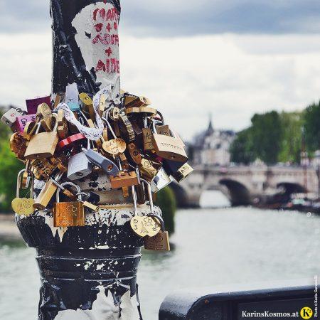 Liebesschlösser auf der Brücke Pont d'Austerlitz in Paris.