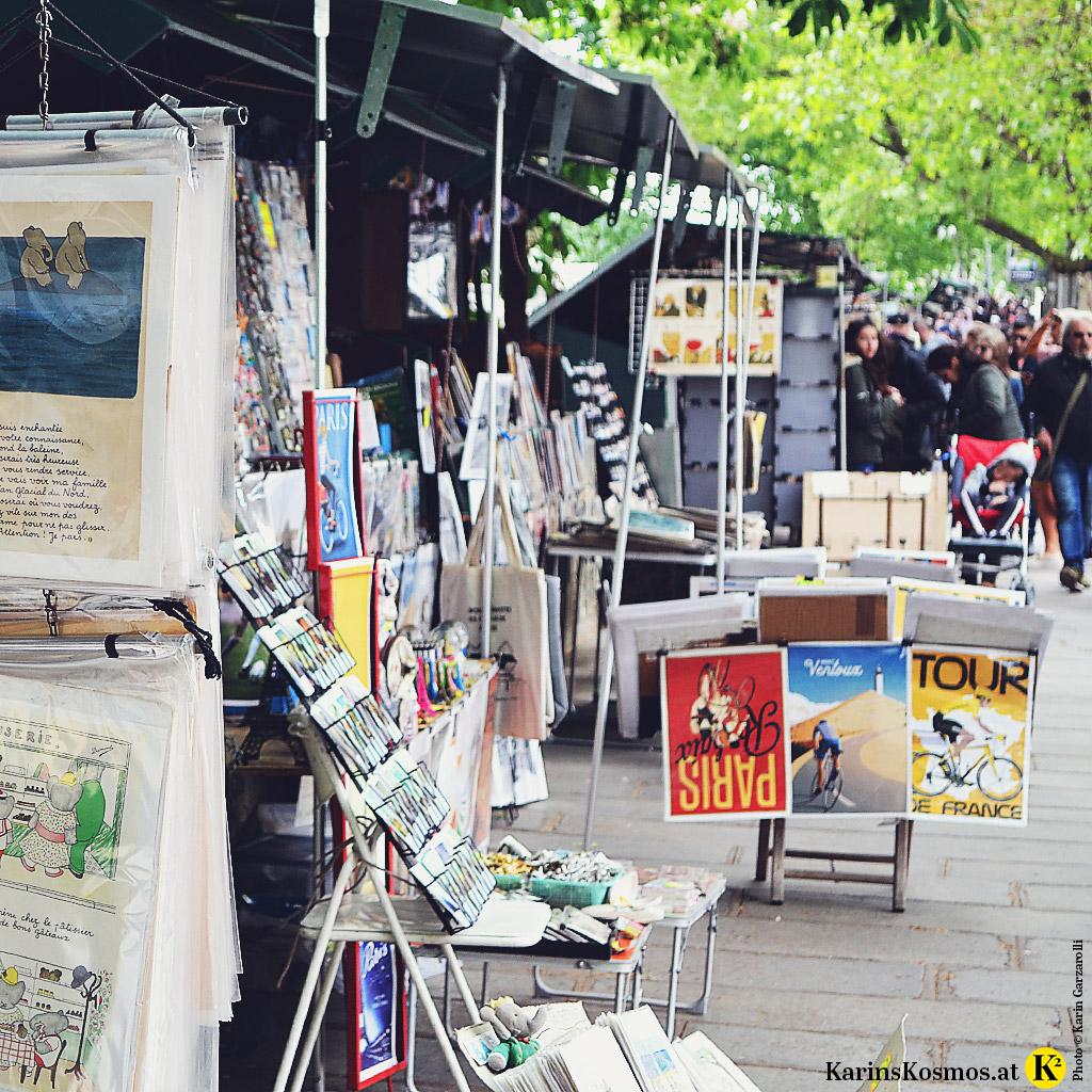 Verkaufsstände mit Postkarten und Plakaten entlang der Seine in Paris.