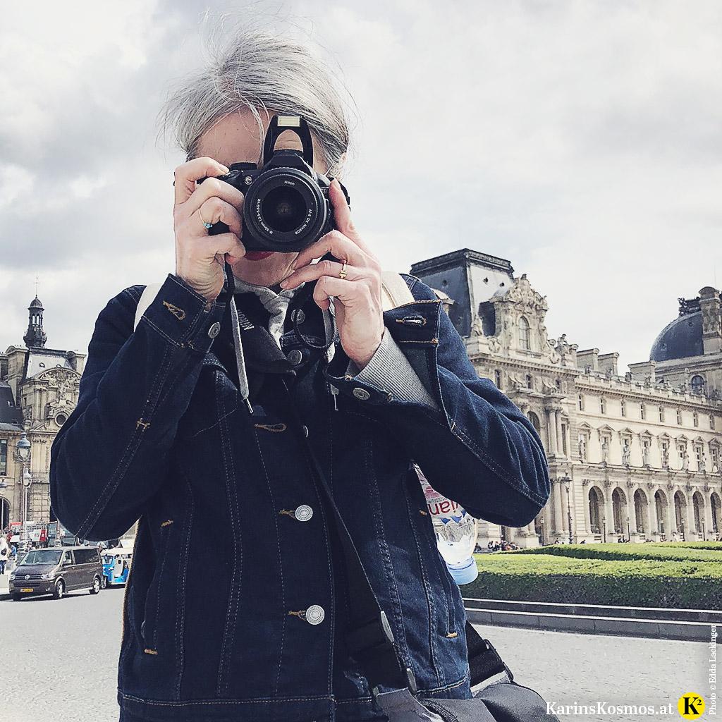 Karin Garzarolli mit Fotokamera in der Hand in Paris.