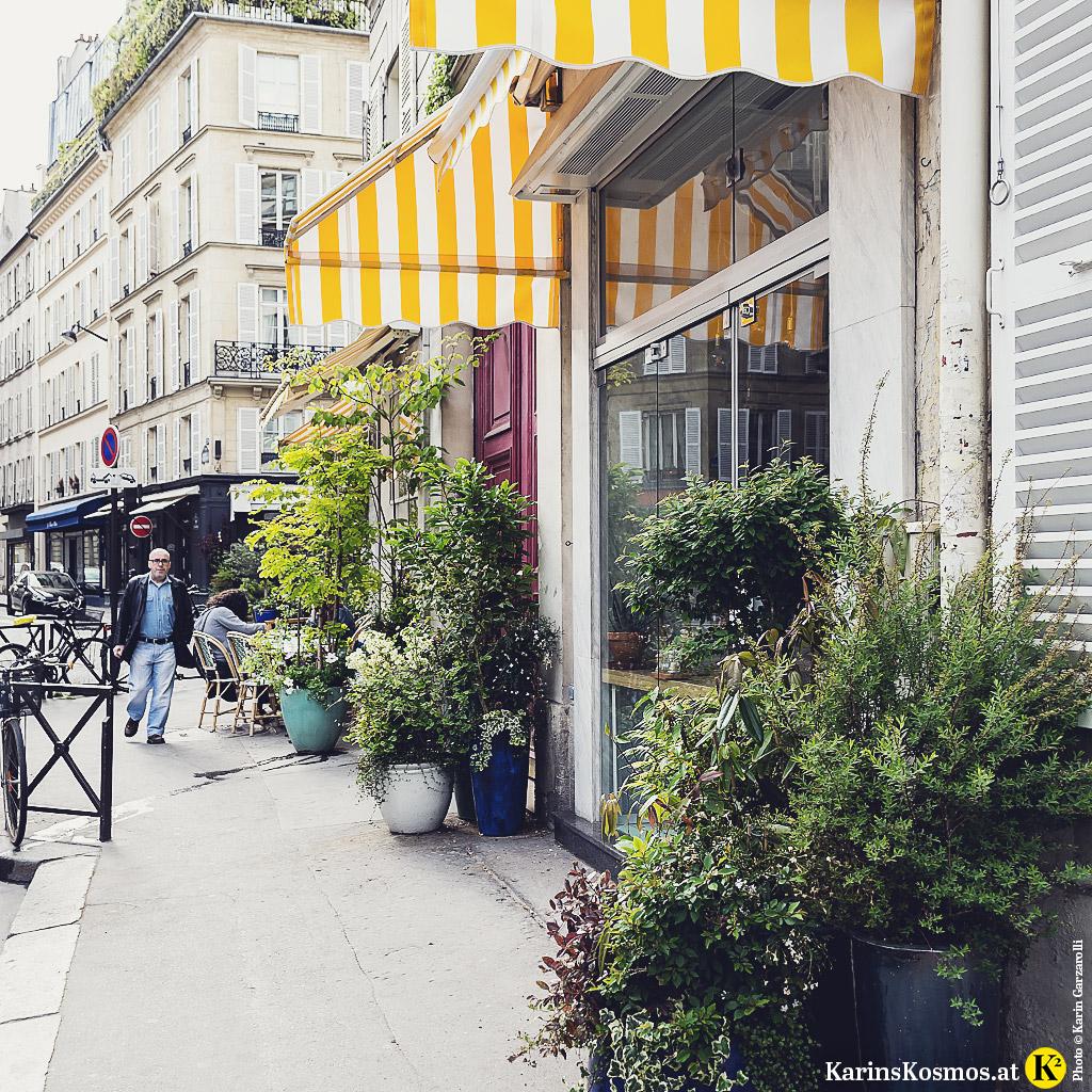 Ein kleines Café an einer Straßenecke ein Saint Germain des Pres in Paris.