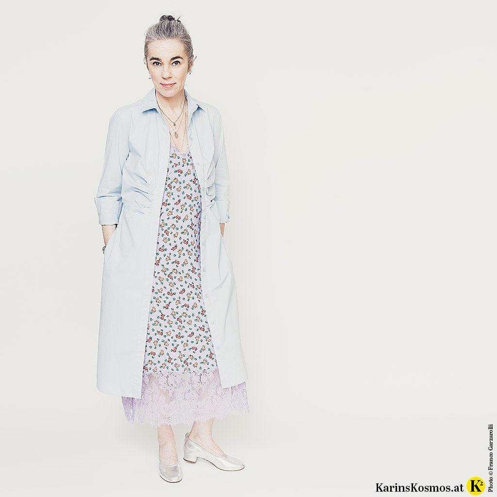 Frau in einem Hemdblusenkleid über einem Slipdress als Mantel getragen.