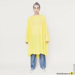Karin Garzarolli von Karins Kosmos in Flared Jeans mit gelbem Kleid dazu.