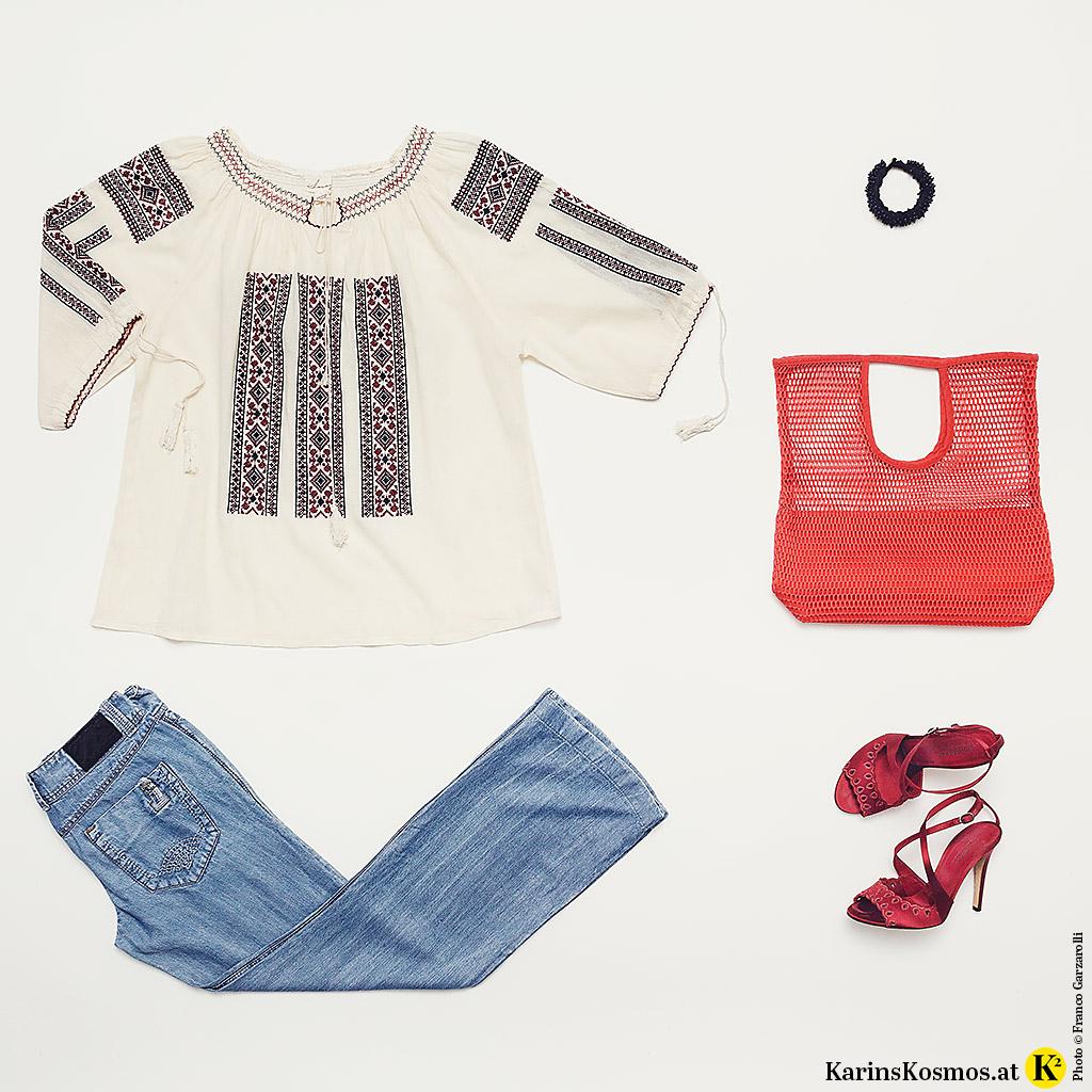 Produktfoto mit Flared Jeans, Floklorebluse, Netzbag, Sandalen und Armband.