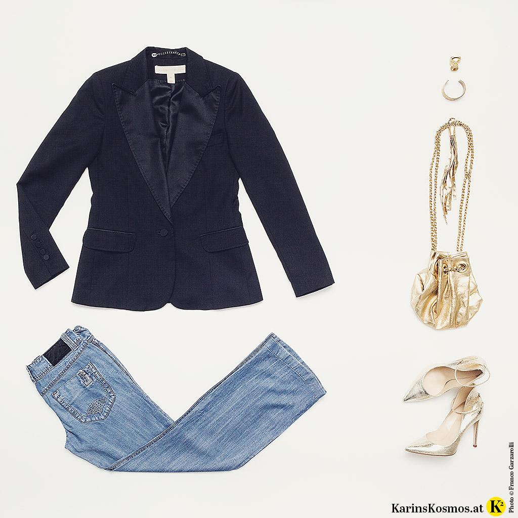Flared Jeans kombiniert mit Smokingjacke und Creolen, Lederbeutel und Pumps in Gold.